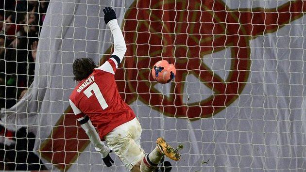 Tomáš Rosický střílí gól do sítě Tottenhamu ve 3. kole FA Cupu.