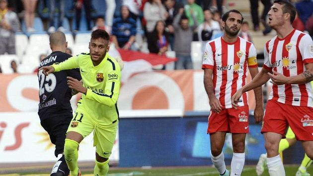 Barcelonský útočník Neymar (ve žlutém) slaví svůj gól v utkání s Almerií.