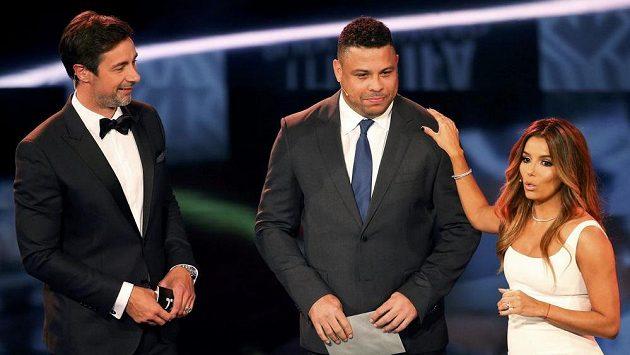 Brazilec Ronaldo (uprostřed) při nedávném vyhlášení cen FIFA, na snímku jsou dále moderátor Marco Schreyl a herečka Eva Longoria.