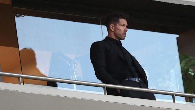 Suspendovaný kouč Atlétika Madrid Diego Simeone na tribuně při odvetě semifinále EL s Arsenalem.