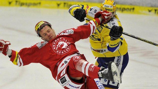 Zlínský Tomáš Žižka atakuje Martina Adamského z Třince.
