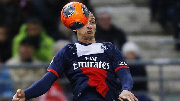 Kanonýr PSG Zlatan Ibrahimovic se pokouší zkrotit míč v utkání s Remeší.