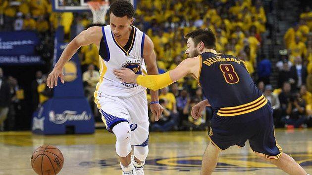 Stephen Curry (vlevo) z Golden State obchází Matthewa Dellavedovu z Clevelandu v pátém finálovém duelu NBA.