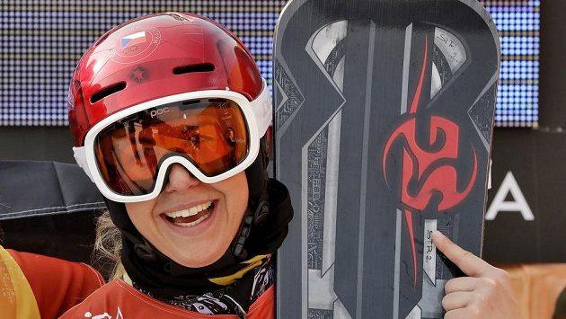 Ester Ledecká po vítězství v paralelním obřím slalomu snowboardistek.