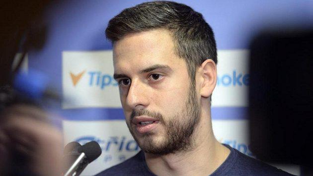 Útočník Tomáš Hyka hovoří s novináři na srazu hokejové reprezentace.