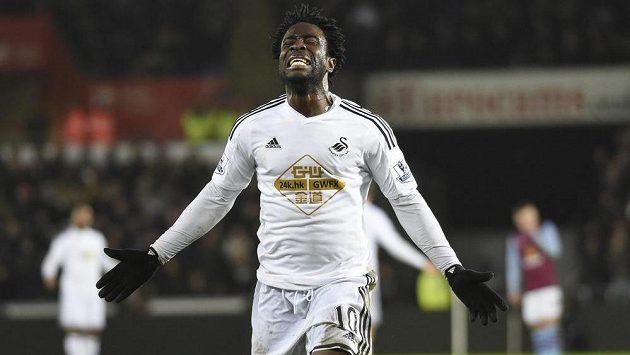 Útočník Swansea Bony Wilfried slaví gól.