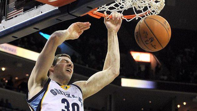 Basketbalista Memphisu Grizzlies Jon Leuer smečuje do koše v utkání proti Orlandu Magic.