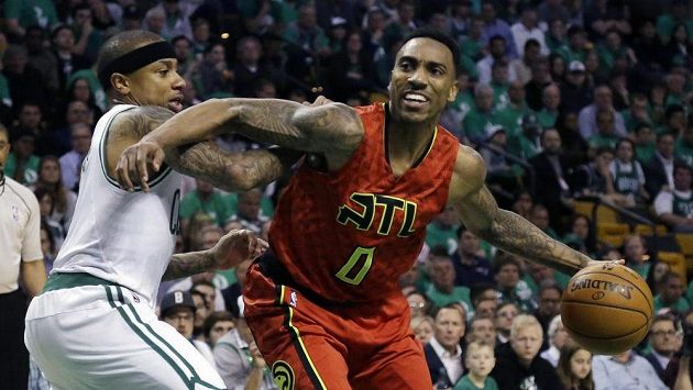 Jeff Teague (0) z Atlanty a bostonský Isaiah Thomas.