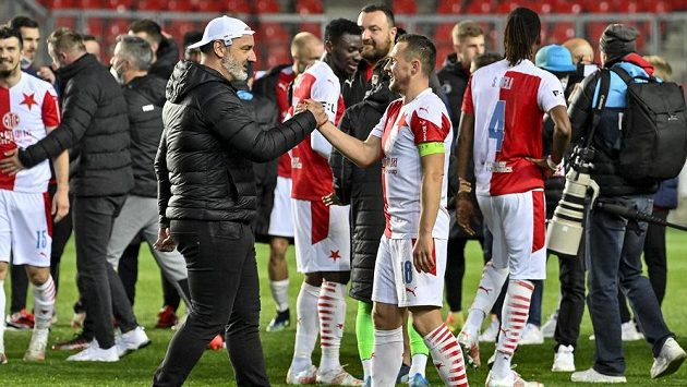 Fotbalisté Slavie se radují ze zisku třetího mistrovského titulu v řadě. Vpředu je trenér Jindřich Trpišovský a kapitán Jan Bořil.