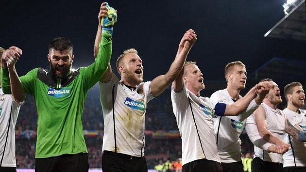 Podobnou radost by plzeňští fotbalisté (zleva) Matúš Kozáčik, Daniel Kolář, David Limberský a Jan Baránek chtěli zažívat i na evropské pohárové scéně.