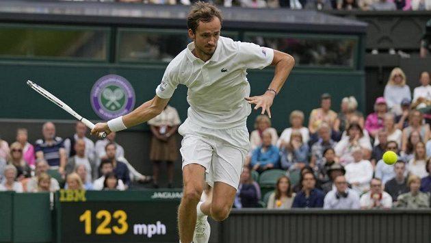 Ruský tenista Daniil Medveděv vypadl v osmifinále Wimbledonu s Polákem Hubertem Hurkaczem.