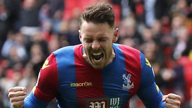 Connor Wickham z Crystal Palace se raduje z jednoho z gólů proti Watfordu.