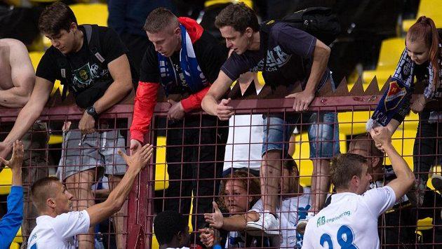 Fotbalisté Baníku Ostrava Namir Alispahič (vlevo), Francis Narh (uprostřed) a Martin Kouřil se zdraví s fanoušky po utkání na Dukle.