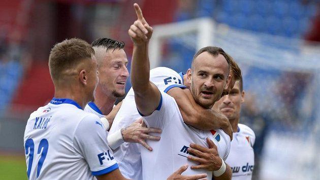 Autor gólu David Lischka z Ostravy (vpravo) se raduje se spoluhráči.