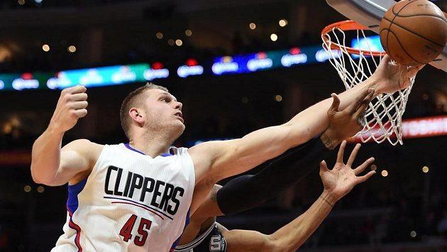 Cole Aldrich z Los Angeles Clippers v souboji s Davidem Westem ze San Antonia.