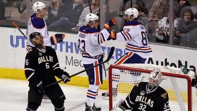 Hokejisté Edmontonu Jeff Petry (vlevo), Aleš Hemský (uprostřed) a Sam Gagner se radují z gólu proti Dallasu.
