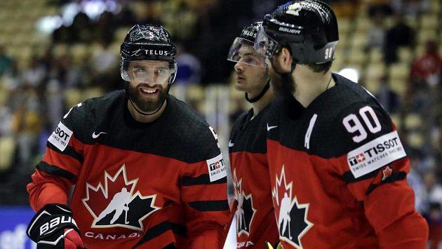 Kanaďané se radují, Aaron Ekblad a Connor McDavid slaví gól Coltona Parayka.