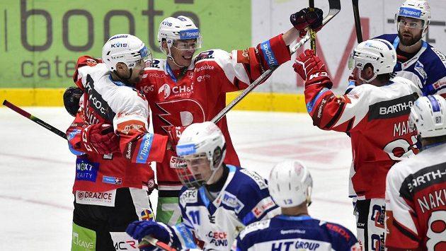 Hokejisté Pardubic se radují z gólu.