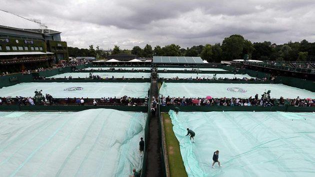 Také páteční program Wimbledonu narušuje déšť.