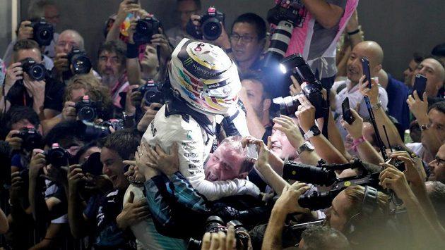 Lewis Hamilton slaví výhru v Singapuru.