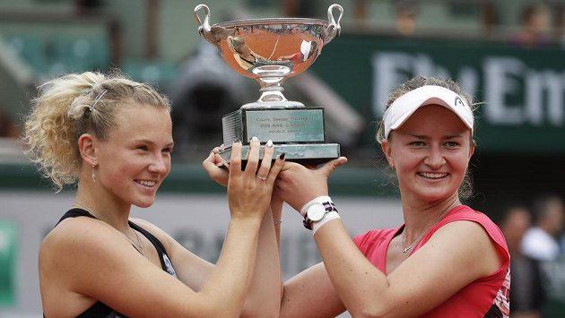 Češky slaví triumf v deblu na Rolland Garros, zleva Kateřina Siniaková a Barbora Krejčíková.