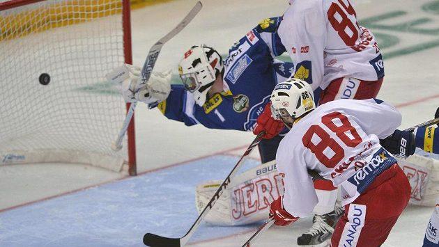 Jakub Sklenář ze Slavie (vpravo) dává gól brankáři Marku Čiliakovi z Brna (vlevo).