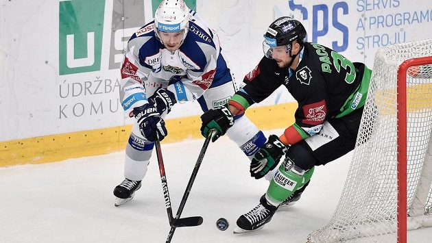 Dominik Pacovský (vpravo) z Mladé Boleslavi atakuje Marcela Haščáka z Brna v utkání 16. kola extraligy.