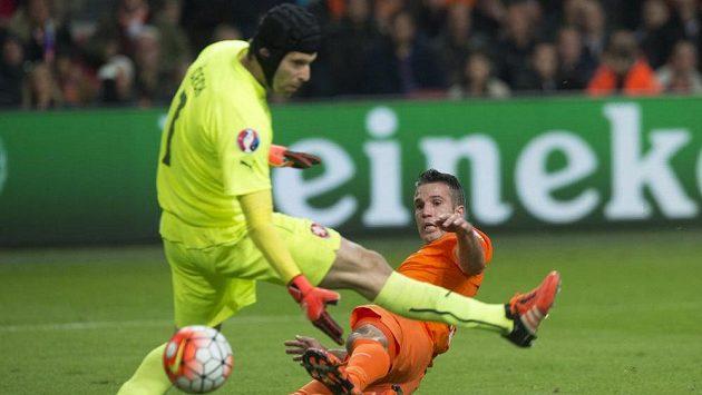 Nizozemec Robin Van Persie překonává Petra Čech v kvalifkačním utkání v Amsterdamu.