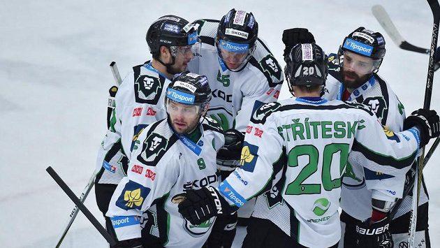 Hráči Boleslavi se radují z druhého gólu proti Brnu. Vpředu čelem je kapitán David Výborný (9).