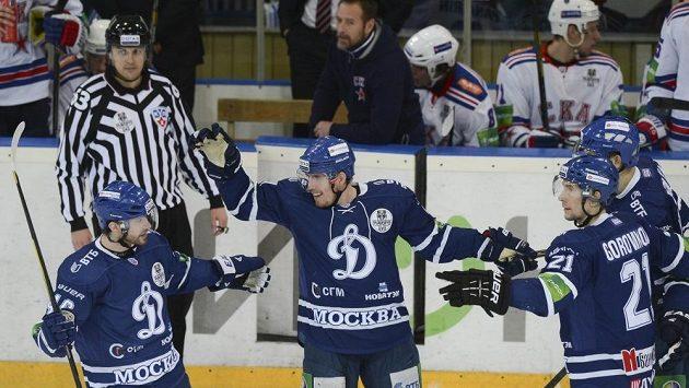 Marek Kvapil (uprostřed) slaví se spoluhráči z moskevského Dynama svoji trefu proti Petrohradu.