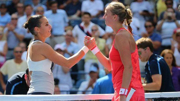 Česká tenistka Petra Kvitová (vpravo) gratuluje Italce Flavii Pennettaové k postupu do semifinále US Open.