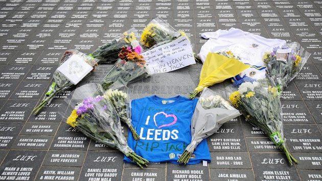 Pietní místo u stadionu Leedsu v Elland Road, kde fanoušci uctívají památku zemřelého Jacka Charltona.