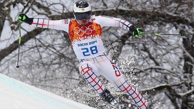 Český lyžař Ondřej Bank se po pádu zranil.