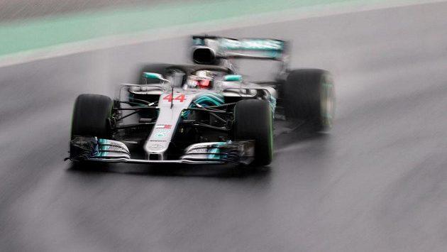Brit Lewis Hamilton na trati kvalifikace Velké ceny Maďarska
