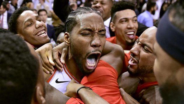 Basketbalista Toronta Raptors Kawhi Leonard po vítězné trefě proti Philadelphii.