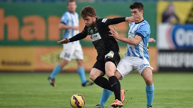 Valerijs Šabala z Jablonce (vlevo) si kryje míč před Kamilem Vackem z Mladé Boleslavi.