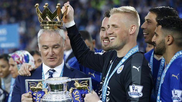 Brankář Leicesteru Kasper Schmeichel (s trofejí v ruce) dostane zdatného konkukrenta. Vlevo Kouč Claudio Ranieri. Ilustrační snímek.