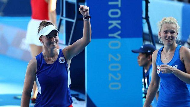 České tenistky Barbora Krejčíková (vlevo) a Kateřina Siniaková se radují z olympijského triumfu