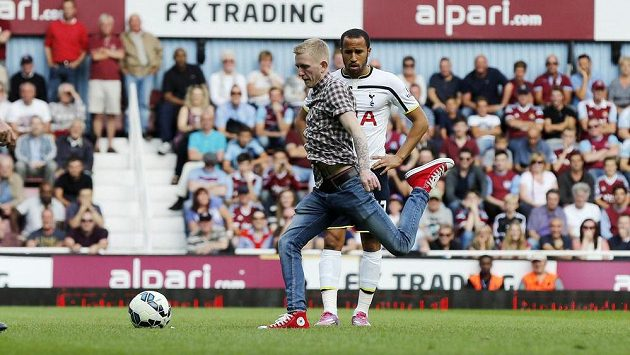 Neukázněný fanoušek vnikl na hřiště a rozehrál přímý kop Tottenhamu z nebezpečné vzdálenosti těsně za vápnem West Hamu.
