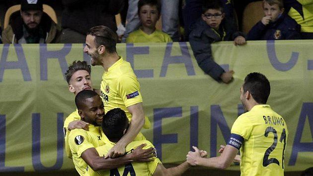 Cédric Bakambu (druhý zleva) z Villarrealu se raduje ze své trefy do sítě pražské Sparty.