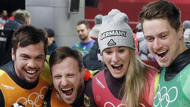 Zlatí medailisté ze závodu sáňkařských štafet. Zleva Natalie Geisenbergerová, Johannes Ludwig, Tobias Wendl a Tobias Arlt z Německa.