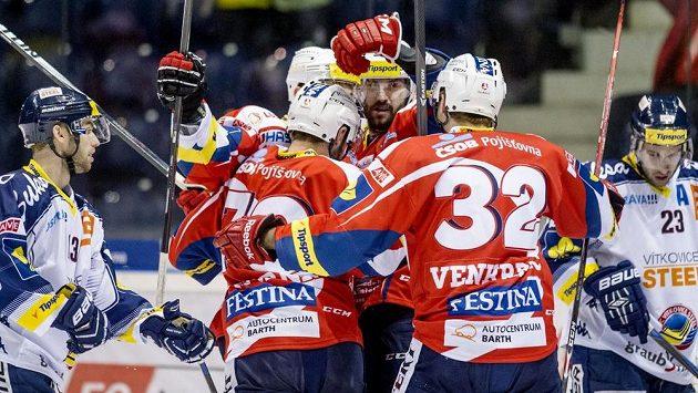 Petr Čáslava (uprostřed) oslavuje se spoluhráči z Pardubic svoji trefu proti Vítkovicím.