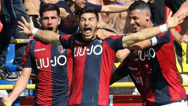 Radost fotbalistů Boloně z rozhodující trefy.