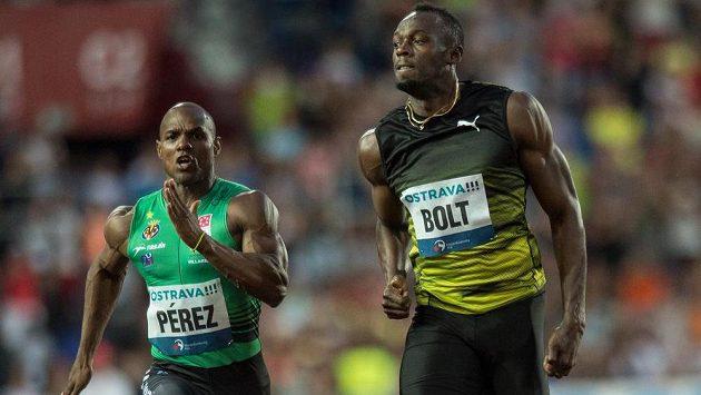Jamajský sprinter Usain Bolt (vpravo) a Yunier Pérez v cíli sprintu na 100 m na mítinku Zlatá tretra.
