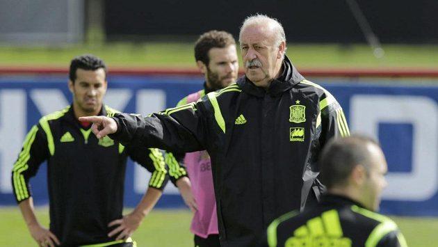 Nekompromisní kouč španělského týmu Vicente del Bosque (uprostřed) vyhodil z tréninkové jednotky novou posilu Chelsea Cesca Fábregase.