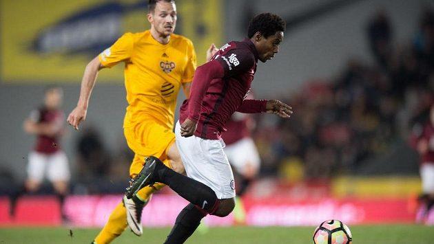 Střídající sparťan Tiémoko Konaté (vpravo) gólový účet derby s Duklou nerozšířil.