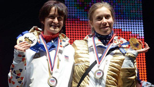 Rychlobruslařka Martina Sáblíková (vlevo) a Eva Samková zdraví fanoušky v Olmpijském parku na Letné po návratu ze Soči.