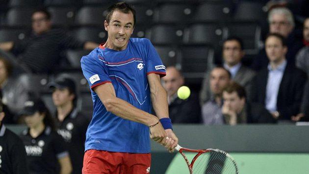 Český tenista Lukáš Rosol během daviscupového zápasu se Švýcarskem.