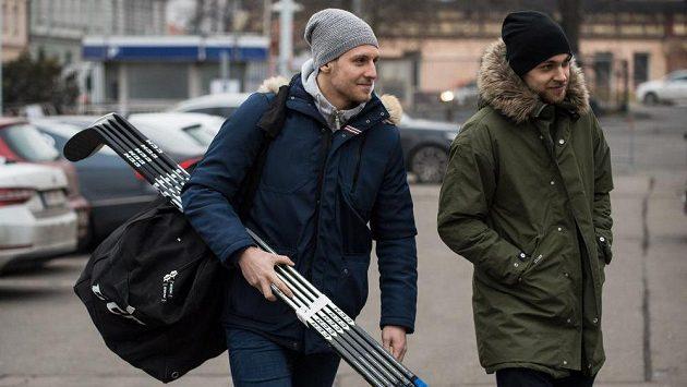 Ondřej Vitásek (vlevo) a Jan Rutta během srazu hokejové reprezentace před Švédskými hokejovými hrami.
