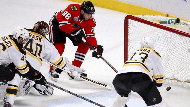 Patrick Kane z Chicaga (v červeném) otevírá skóre 5. finále proti Bostonu. Nezabránili mu v tom ani David Krejčí s gólmanem Tuukkou Raskem.